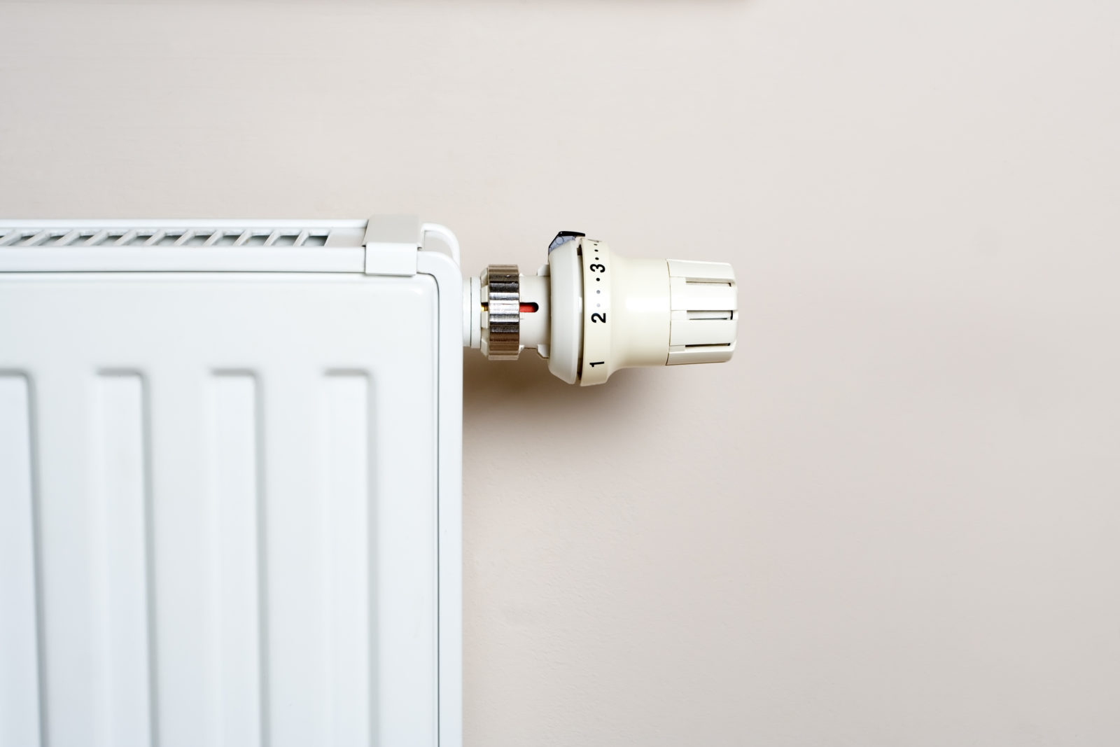 Radiator with thermostat on wall